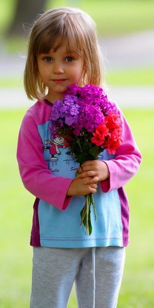 Girl with Flowers - Pediatric Dentist in Lombard,Elmhurstand Wheaton, IL